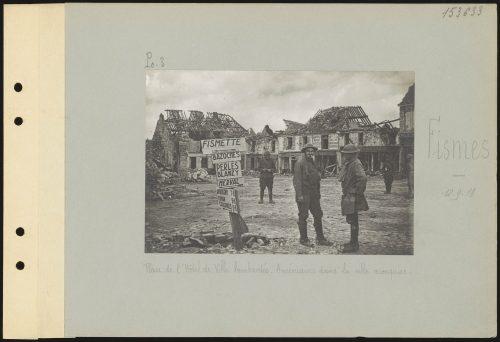 Place de l'Hôtel de Ville bombardée, Américains dans la ville reconquise, Fismes, 12-9-18, BDIC (Marne, collection Valois)