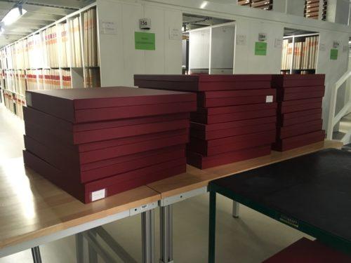 Vue des « folios » du fonds « bar Floréal » en cours de réorganisation dans les réserves du Département des Estampes et de la photographie.
