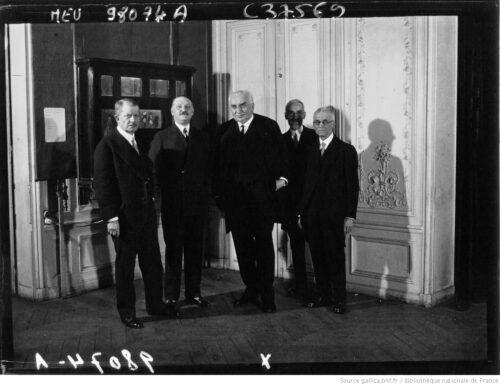 M. Louis Lumière [(au centre), M. Léon Gaumont (à gauche) et M. George Eastman (à droite)] [Image fixe] : [photographie de presse] / Agence Meurisse