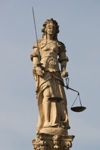 Das personifizierte Recht – Justitia / https://commons.wikimedia.org/wiki/Category:Iustitia#/media/File:Cudrefin-justice.jpg