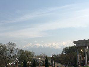 Ein Blick von Almaty auf das Tian-Shan-Gebirge (Abbildungsnachweis: Foto von Stefan H. Nessler & Nadja Wulff)