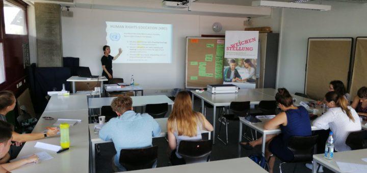 Das Foto zeigt einen Seminarraum, in dem Studierende in Human Rights Education unterrichtet werden.