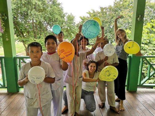 Eine Gruppe Schulkinder mit Luftballons und Frau Oehlhof lachen in die Kamera.