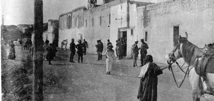 Maroc 1915 - chapelle de Meknès - sortie de la messe - Photo © Joseph Miquel
