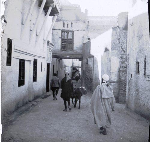 une rue intérieure à Mekhnes, 1915, Maroc - Photo © Joseph Miquel