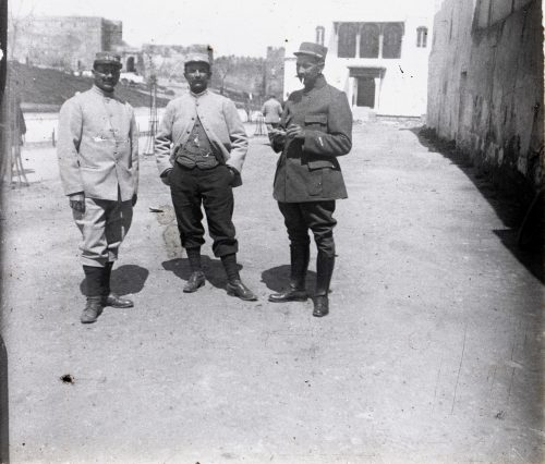 devant-la-poste-dimanche-8-avril-1917