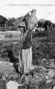 "carte postale ""Fillette allant à la fontaine"" Maroc 1915"