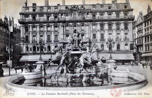 Lyon : La Fontaine Bartholdi (Place des Terreaux). - B01CP69000 000421 © Bibliothèque municipale de Lyon