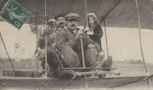 Ecole nationale d'aviation L'aviateur Kimmerling emmenant une famille - 4FI04340 ©Archives municipales de Lyon
