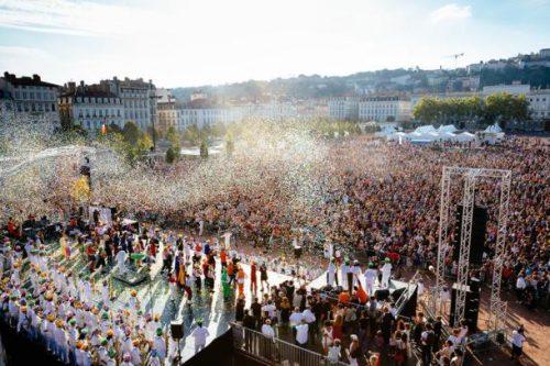 """La Samba Tarentelle 10ème anniversaire place Bellecour et ses 15 000 danseurs est l'affiche du Défilé 2016 """"Ensemble pour..."""" © Stéphane RAMBAUD"""