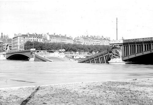 Le pont Lafayette après l'explosion des bombes nazies (septembre 1944) Négatif sur plaque de verre (AML 3 PH 173)