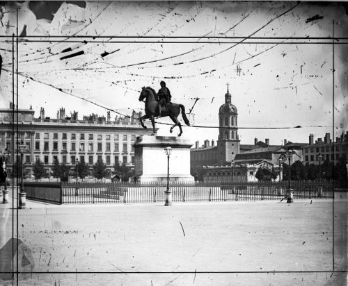 La statue équestre de Louis XIV place Bellecour amputée des sculptures de son piédestal (vers 1860) Négatif sur plaque de verre (AML 3 PH 571)