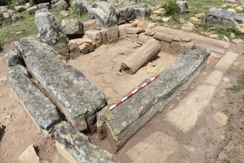 Fig. 5. L'abside de l'église D1, vue du sud-ouest. Au premier plan, bloc mouluré en remploi.