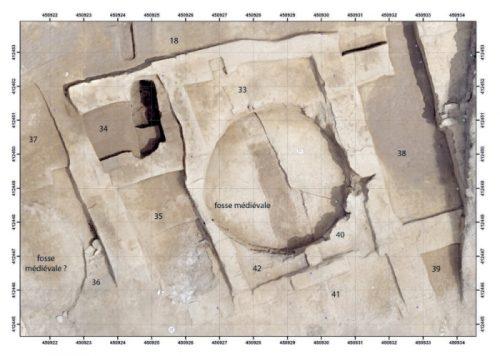 Fig. 2. Vue aérienne de l'Ensemble 5 en fin de campagne 2015, états C et D. Bâtiments de briques crues de l'îlot maurétanien; à gauche, seconde structure circulaire excavée (Cliché:S.Sanz).