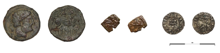 Fig. 7. — As de Bolskan (HUM 1993/36/1922), fragment de dirham de la taifa de Saragosse (HUM 2014/8902/128), obole de Jacques II d'Aragon (HUM 2006/49/1061)