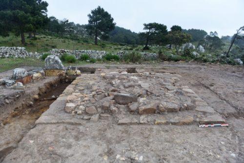 Fig. 3 - Base de monument carré du Secteur D2, vue du nord.