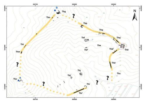 """Fig. 4 - Plan général des structures avec proposition de restitution du """"chemin""""."""