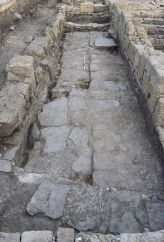 Fig. 4 - Vue depuis l'est du trottoir et de la chaussée du decumanus antérieur à la construction du portique (cl. O. Rodríguez).