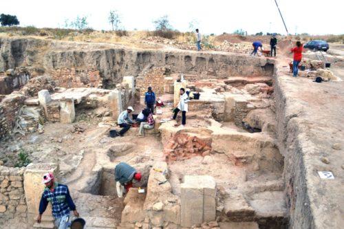 Fig. 5 - Vue de la pièce XII-XXI et de ses fosses médiévales en cours de fouille.
