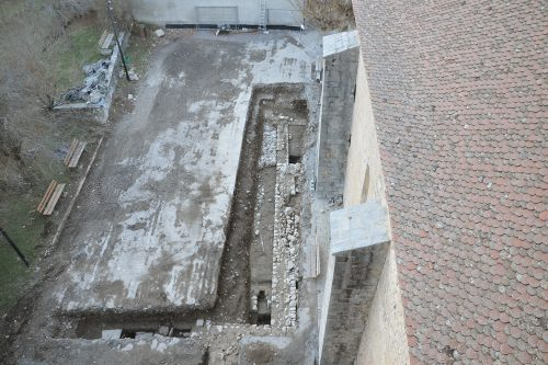 Vue d'ensemble de la tranchée de diagnostic ouverte en décembre 2012, depuis le clocher de la cathédrale