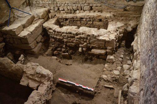 La sacristie en cours de fouille. On aperçoit, du côté droit, l'arase d'un mur qui pourrait appartenir au chevet de la première église