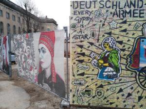 Kunstwerke von Damian Le Bas vor dem Maxim Gorki Theater, Berlin (Foto: Levke Harders, 2018)