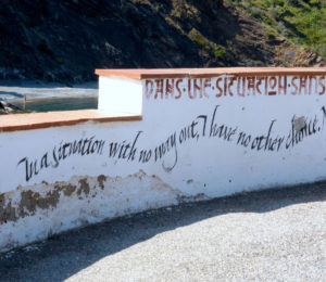 Mehrsprachige Erinnerung in Portbou an die Situation der Flucht (Foto: Anne Friedrichs)