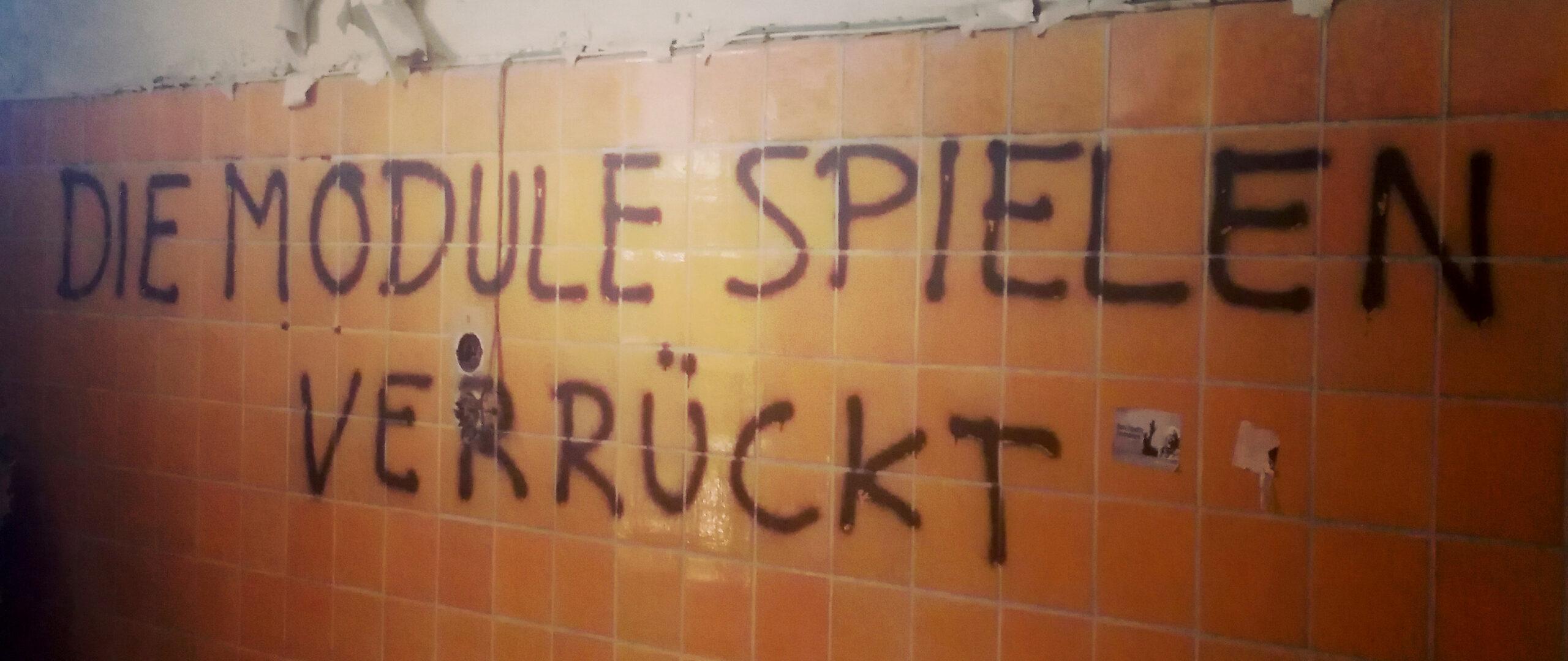 """Graffito """"DIE MODULE SPIELEN VERRÜCKT"""" in Beelitze Heilstätten"""