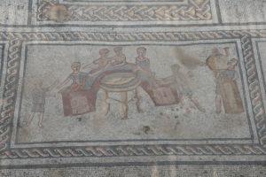 Sigma-Mahl auf einem Bodenmosaik in einem Haus aus dem 3. Jh. n. Chr. in Sepphoris, Galiläa