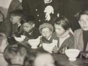 Child evacuees eat soup and black bread on their journey south, April 1943 [Archives municipales de Boulogne-Billancourt, 2 Fi 4808]