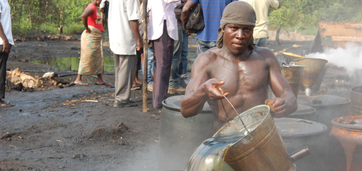 Etat du Delta: une raffinerie illégale de pétrole « bunkérisé » à Isaba. © Marc-Antoine Pérouse de Montclos