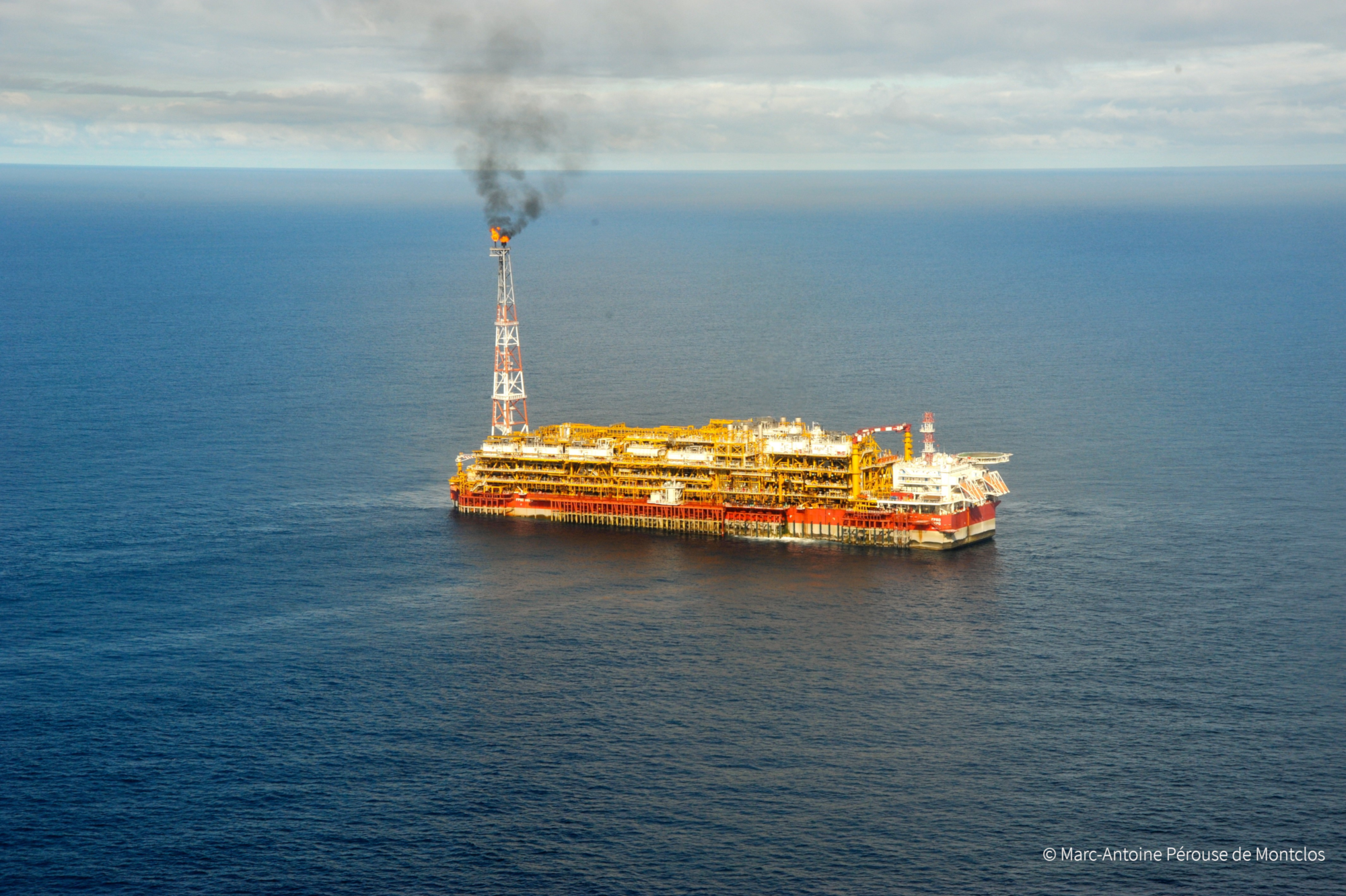 Gisement d'Akpo: une plate-forme pétrolière FPSO (floating production, storage and offloading).