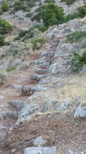 Delphes, rempart de Philomelos, empreinte du mur ouest taillé dans le rocher. (Photo Zugmeyer, IRAA)