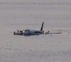 Von Greg L - cropped from File:Plane crash into Hudson River.jpg (originally posted to Flickr as Plane crash into Hudson River), CC BY 2.0, https://commons.wikimedia.org/w/index.php?curid=5723331