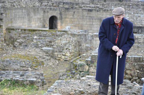 Joseph Decaëns lors d'une visite au château de Caen en 2009