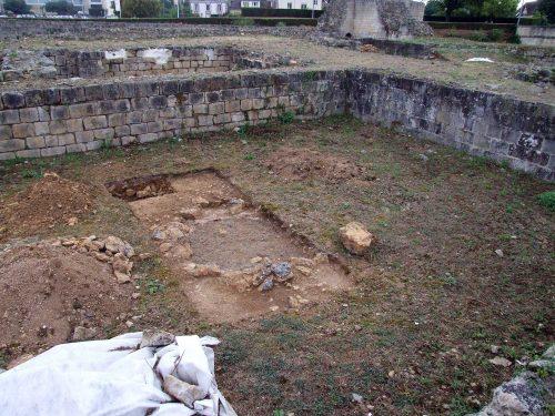 Fig. 1: Sondage dans la partie sud de la tour maîtresse avec la partie supérieure du puits bouchés par une chape de béton (cl. B. Guillot)