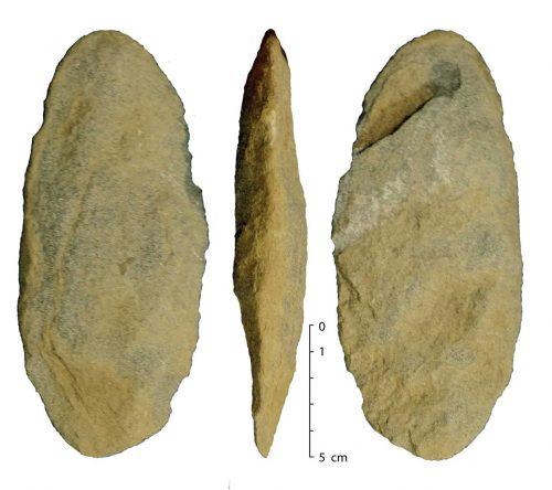 Fig. 2: Ébauche de hache en cornéenne, témoin d'une production à polir (cl. E. Ghesquière, DAO N.Le Maux)