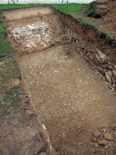Fig. 4: Détail de la cour palatiale dans la tranchée face aux Vieux Palais (cl. F. Bonhomme)