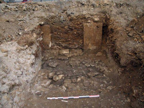 Fig. 6: Détail des maçonneries du nouveau bâtiment roman avec l'embrasure d'une des portes (cl. J. Villaregut)