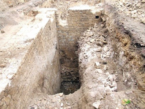 Fig. 7: Murs de la prison en cours de dégagement (cl. B. Guillot)