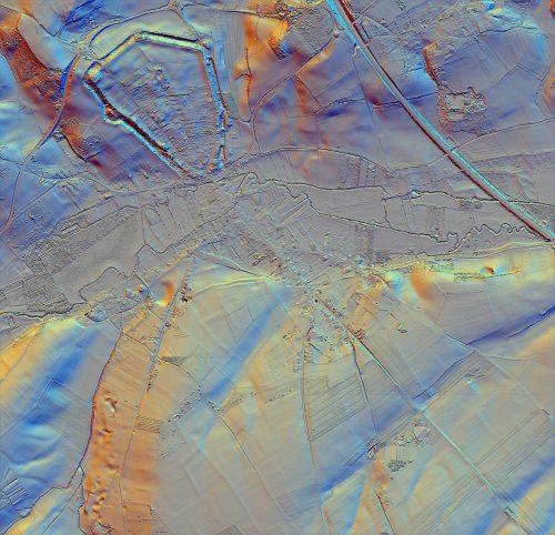 Résultats de la prospection LiDAR réalisée par le Laboratoire de morphodynamique littorale et côtière à l'emplacement de la ville médiévale, bien visible, entourée du polygone des fossés, et de la ville antique qui s'étendait sur un espace beaucoup plus vaste vers le sud jusqu'au-delà de la vallée de la Lys.