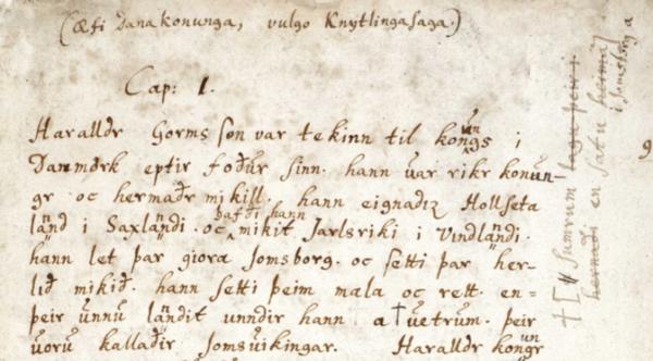 Copie de la Knýtlinga saga (AM 18 fol., Den Arnamagnæanske Samling, Copenhague) par Árni Magnússon (1663-1730) à partir d'un manuscrit daté d'environ 1300 et détruit lors du grand incendie de Copenhague en 1728. Cette version est aujourd'hui le témoignage le plus important de la saga.