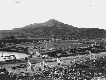 La Terrasse des Lions, l'Agora des Italiens, et le mont Cynthe [1910] crédits: EFA