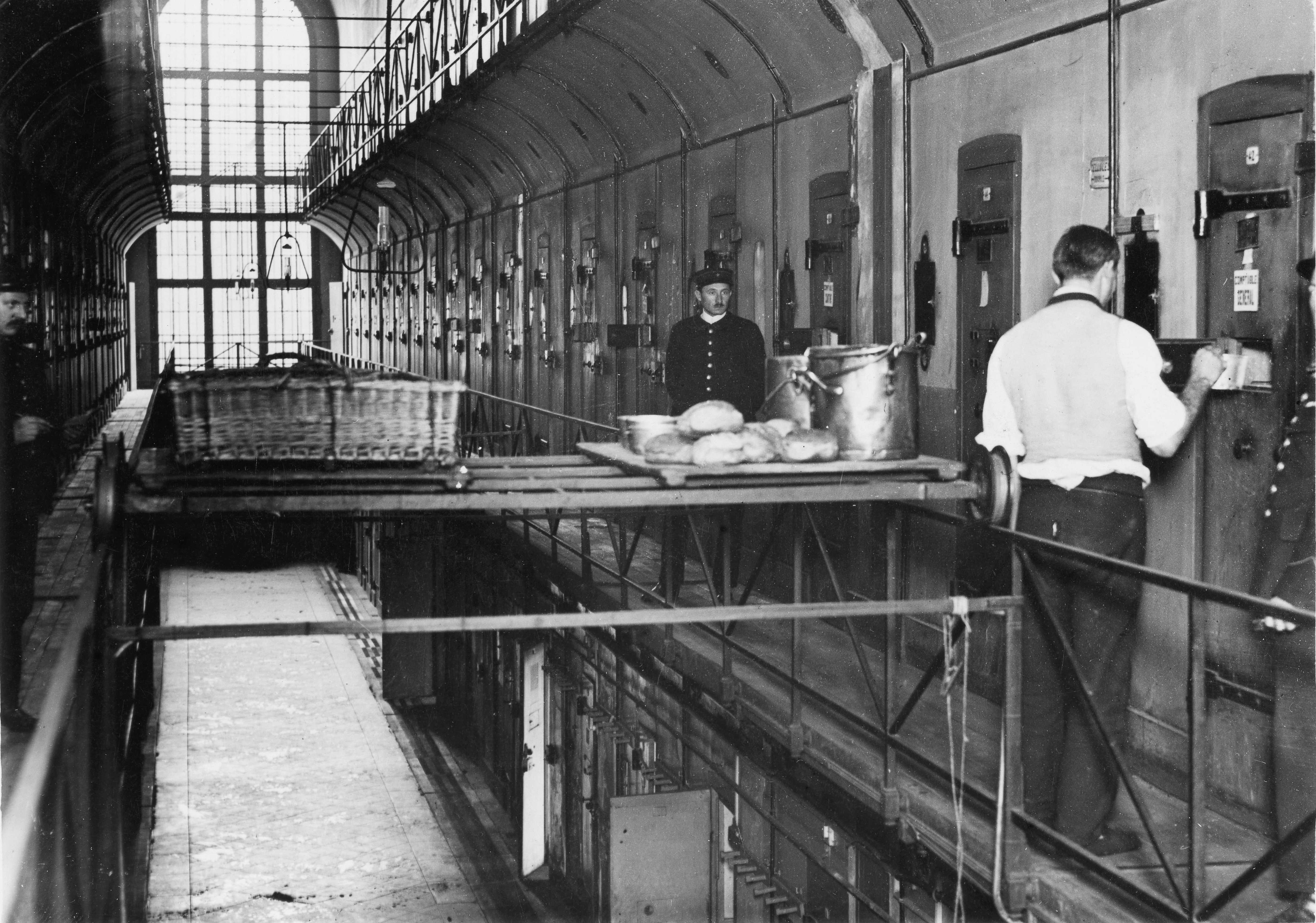 Henri Manuel, Prison de la Santé. Pont roulant permettant de distribuer la nourriture, vers 1929-1931 [BNF, Estampes et photographie, S198 Qe 1123].