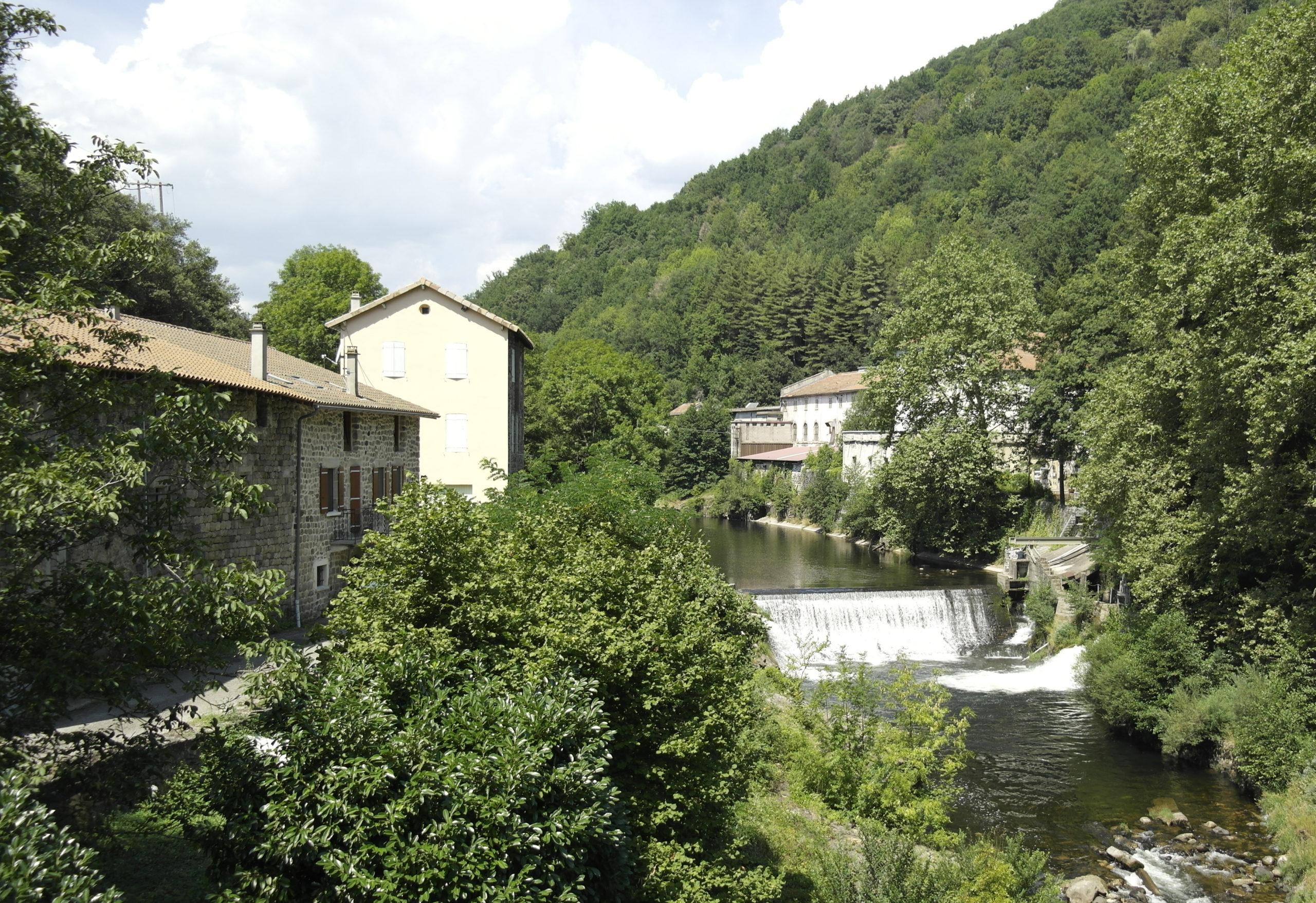 le moulinage de Chirols (à droite de la rivière)
