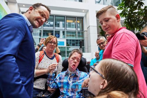 """Mehr als 60 Personen mit und ohne Behinderungen nutzten den Tag der offenen Tür im Bundesministerium für Gesundheit, um vor und im Ministerum gegen den Gesetzentwurf """"Rehabilitations- und Intensivpflegestärkungsgesetz"""". von Jens Spahn zu protestieren."""