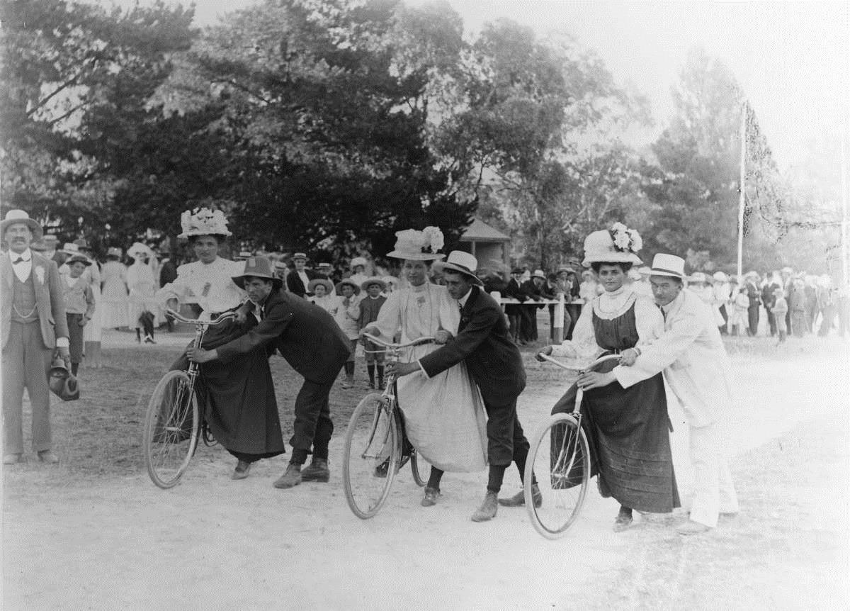 """Startschuss für ein """"ladies cycle race"""" in Mount Gambier (Australien) um 1900"""