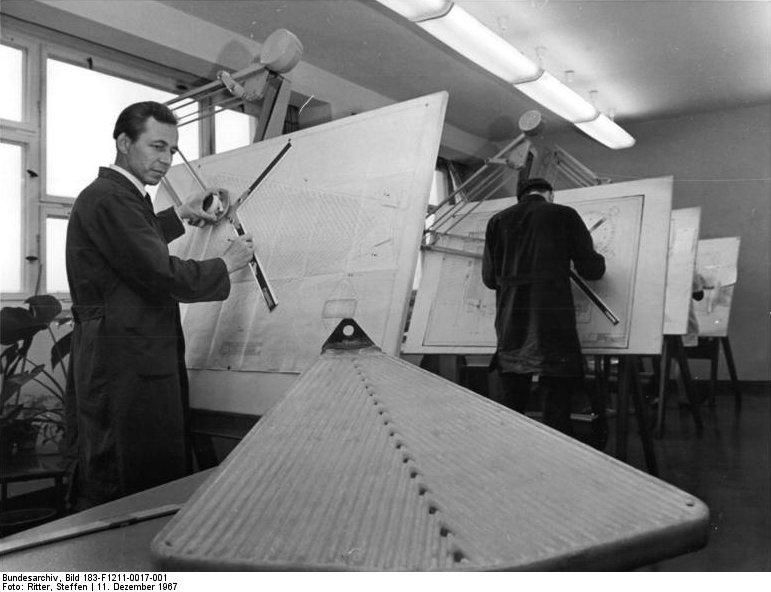 Ingenieure an Reissbrettern, VEB Maschinen- und Apparatebau Staßfurt 1967, Bundesarchiv, Bild 183-F1211-0017-001, Wikimedia Commons, Michael Frey, CC BY-SA 3.0