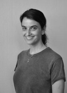 Schwarzweiß-Fotografie der Redakteurin Sofia Asvestopoulos