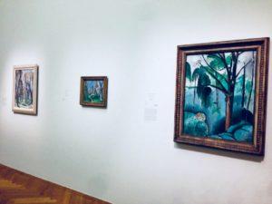 Ausstellungsansicht von drei Gemälden